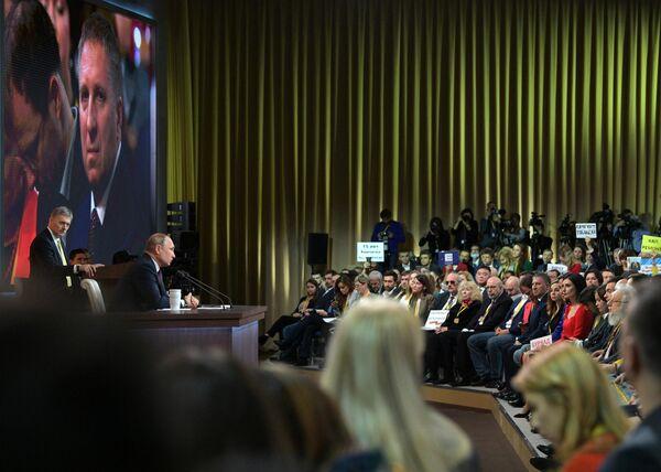 Президент РФ Владимир Путин на большой ежегодной пресс-конференции в Центре международной торговли на Красной Пресне