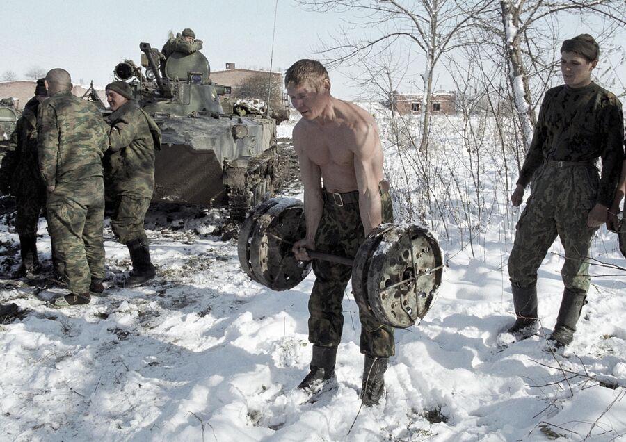 Бойцы полка ВДВ РФ в Чечне на утренней зарядке. Ноябрь 1999
