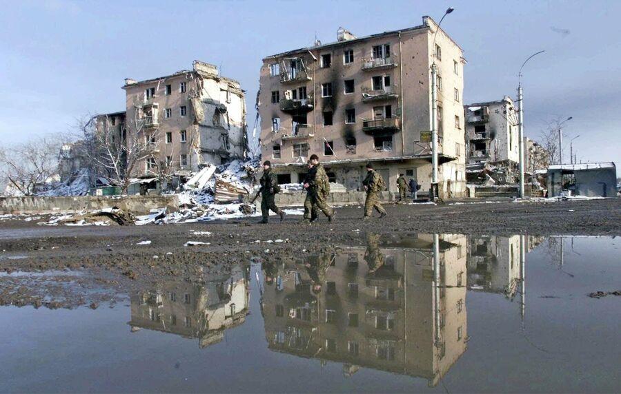 Российские войска патрулируют площадь Минутки в чеченской столице в понедельник, 28 февраля 2000 года