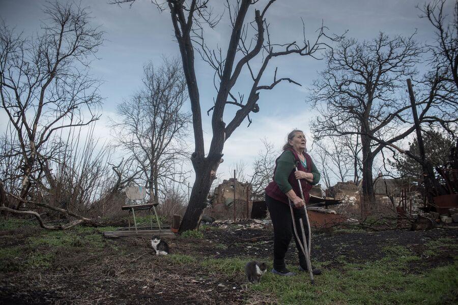 Местная жительница в огороде своего дома в Новоазовском районе Донецкой области