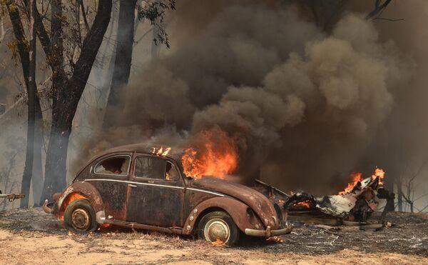 Горящий автомобиль во время пожаров в Балморале, Австралия