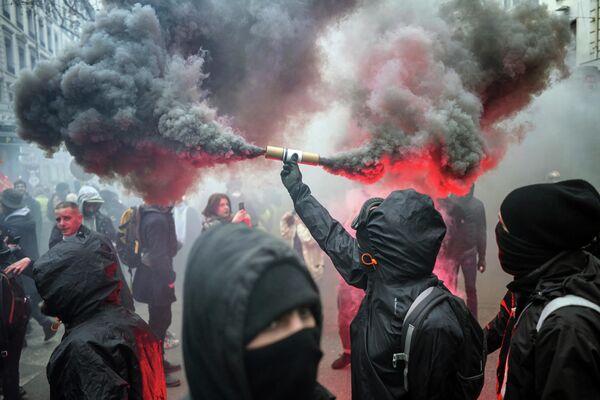 Протестующие во время демонстрации в Лионе, Франция