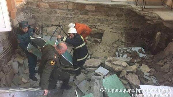 Пол провалился в здании военкомата в Ереване. 19 декабря 2019