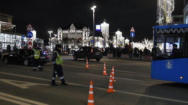 Сотрудники ДПС на Лубянской площади, где у здания ФСБ произошла стрельба