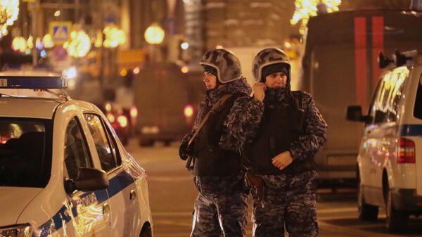 Сотрудники силовых структур на улице Большая Лубянка,  где недалеко от здания ФСБ произошла стрельба