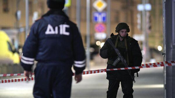 Сотрудник ДПС и сотрудник силовых структур у входа в приемную ФСБ на улице Кузнецкий мост