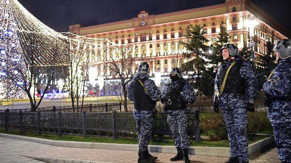 Сотрудники силовых структур недалеко от здания ФСБ на Лубянской площади в Москве