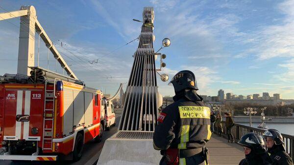 Сотрудники МЧС снимают с опоры Крымского моста мужчину. 20 декабря 2019