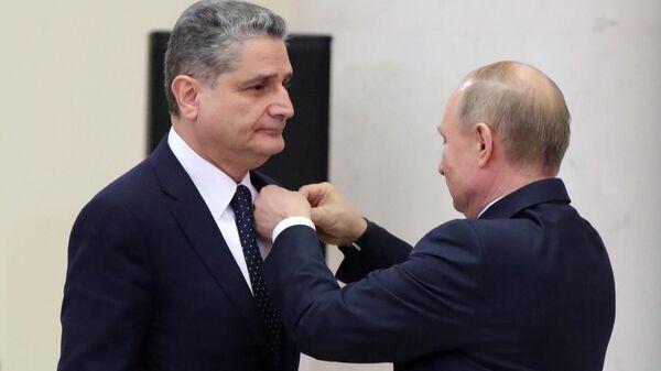 Президент РФ Владимир Путин и председатель коллегии Евразийской экономической комиссии Тигран Саркисян, удостоенный ордена Дружбы