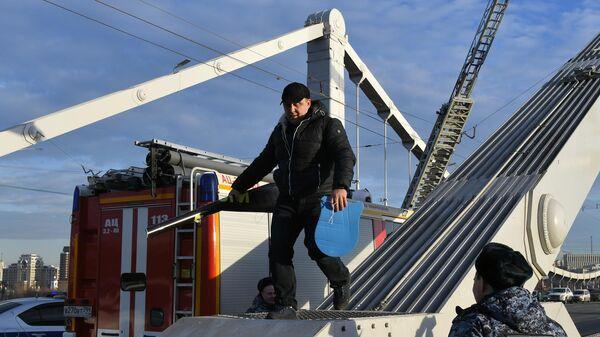 Мужчина спускается с опоры Крымского моста в Москве. 20 декабря 2019