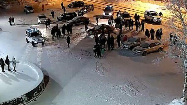 Кадры нападения подростков на полицейских в Апатитах