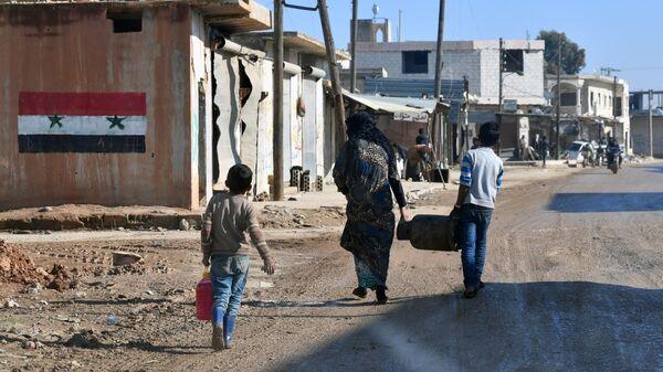 Мирные жители в поселке Сильжар на линии фронта рядом с поселком Шара в провинции Идлиб