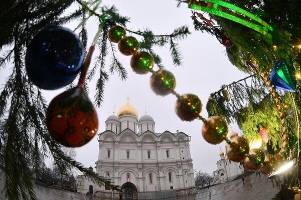 Украшение новогодней елки на Соборной площади Кремля