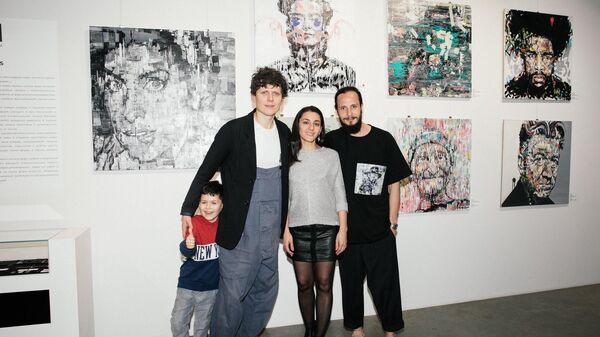 Игнат Кравцов с посетителями своей персональной выставки Faces в галерее Who I am