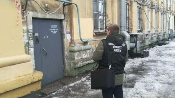 Сотрудник Следственного комитета РФ на месте падения наледи в Мурманске