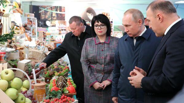 Президент РФ Владимир Путин во время посещения тепличного комплекса Зелёный Дом в поселке Супс. 23 декабря 2019