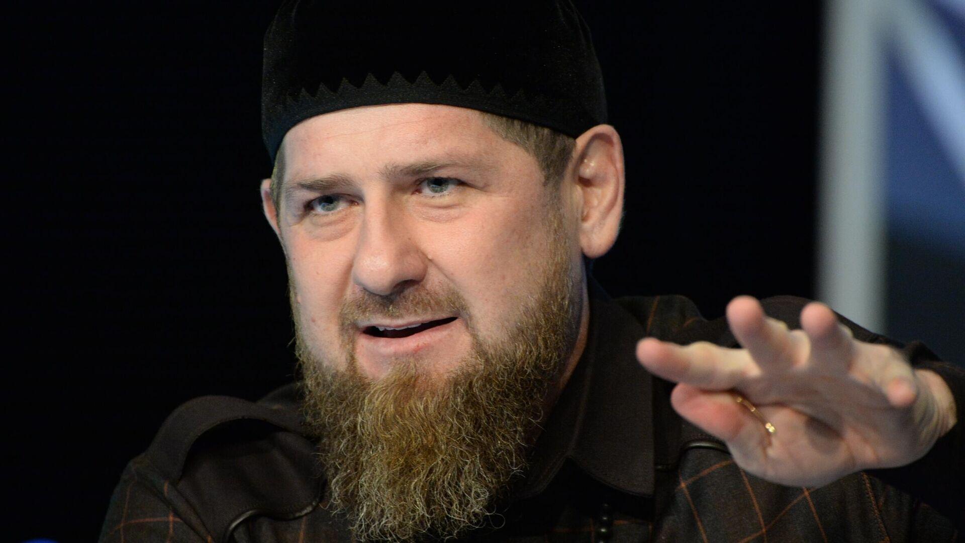 Глава Чеченской Республики Рамзан Кадыров на пресс-конференции в студии телеканала Грозный - РИА Новости, 1920, 01.04.2021