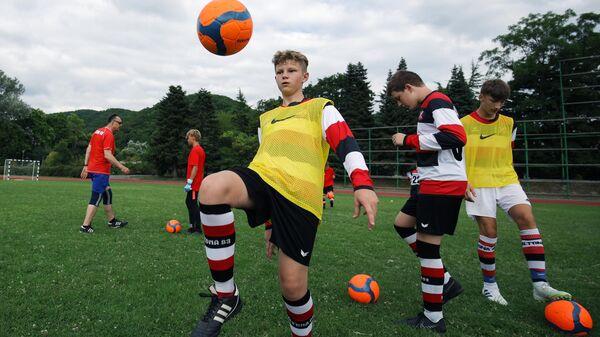 Дети занимаются футболом в детском центре Орлёнок