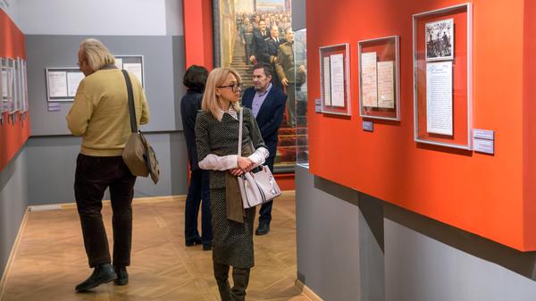 Посетители выставки Маленков из цикла Лидеры советской эпохи