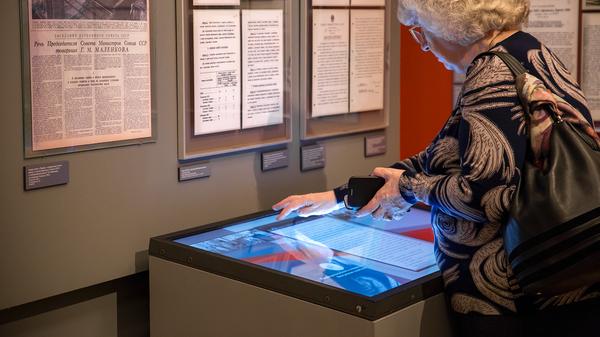 Посетительница выставки использует специальные тачскрины