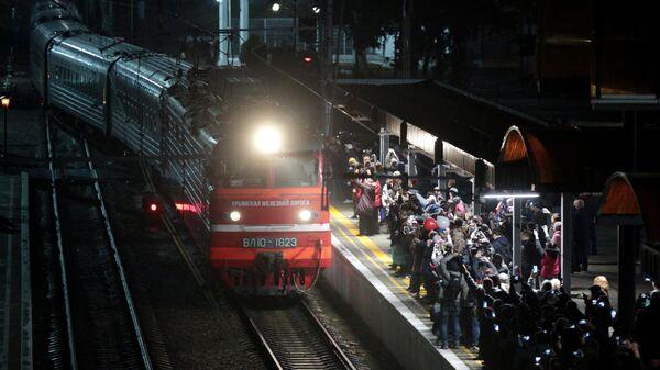 Поезд Таврия, следующий по маршруту Санкт-Петербург - Севастополь, пребывает на станцию Симферополь