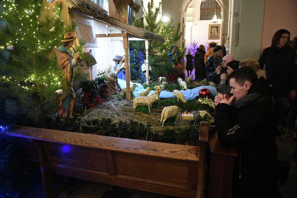 Верующие возле рождественского вертепа в римско-католическом кафедральном соборе Святого Имени Пресвятой Девы Марии в Минске