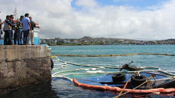 Фрагмент баржи Орка затонувшей  у галапагосского острова Сан-Кристобаль