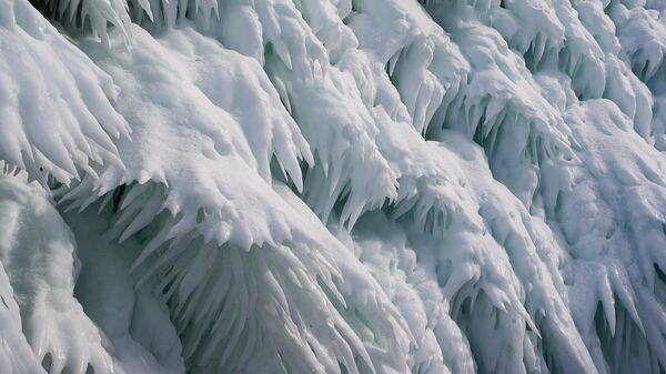 Лед на деревьях возле озера Байкал