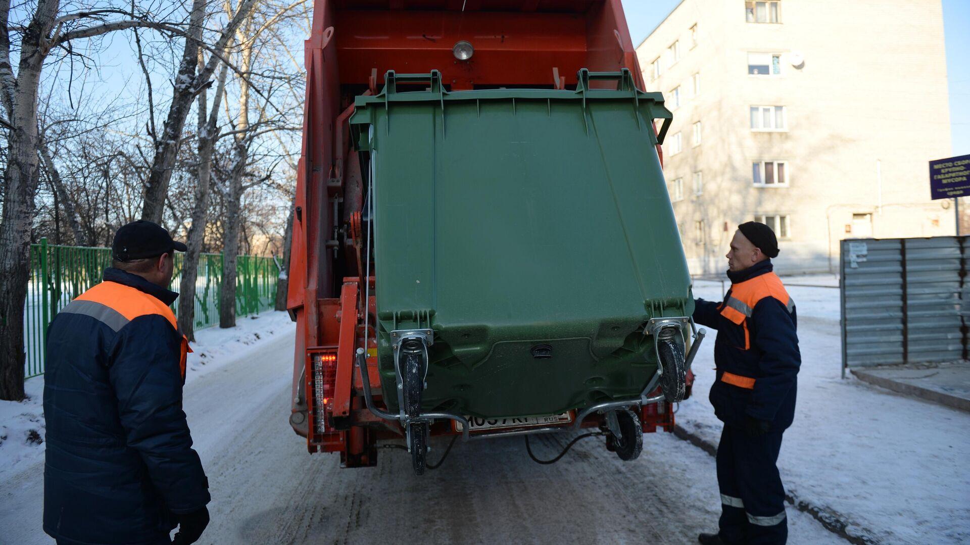 Вывоз отходов с контейнерной площадки на мусоросортировочный комплекс - РИА Новости, 1920, 25.12.2019