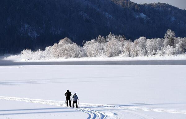 Люди на лыжной прогулке вдоль берега реки Енисей недалеко от поселка Усть-Мана в Красноярском крае.