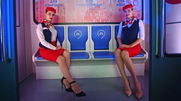 Модели в форме сотрудниц Московского метрополитена