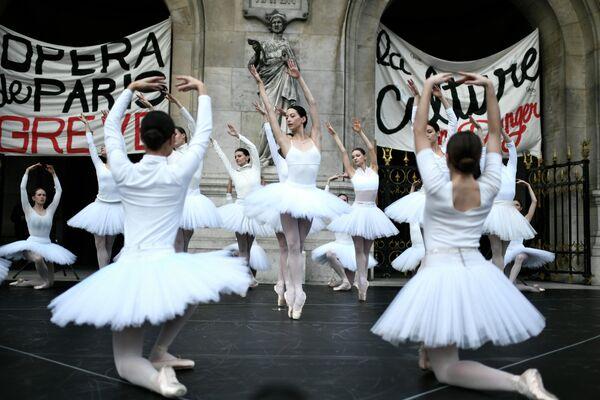 Танцоры Парижской оперы выступают перед Дворцом Гарнье