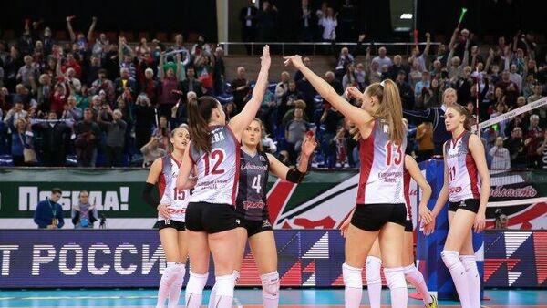 Волейболистки калининградского Локомотива празднуют победу