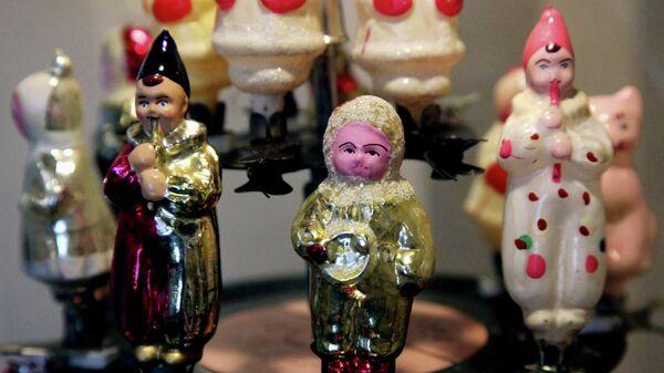 Экспонаты из коллекции елочных игрушек и украшений 1930-1970-х годов Ирины Кейчиной на выставке советских елочных игрушек Возвращение в детство в мемориальном доме-музее семьи А.Суханова во Владивостоке