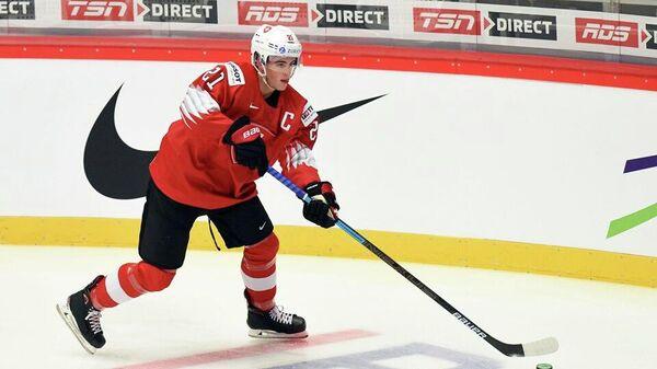 Хоккеист молодежной сборной Швейцарии в игре против сборной Казахстана