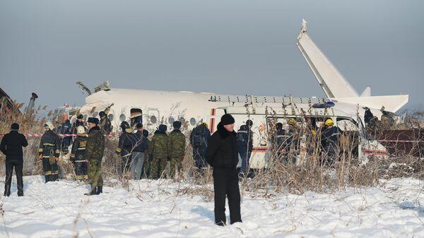 Сотрудники спасательной службы и полиции работают на месте крушения самолета Fokker 100 казахстанской авиакомпании Bek Air