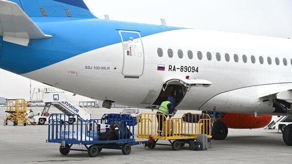 Погрузка багажа в самолет