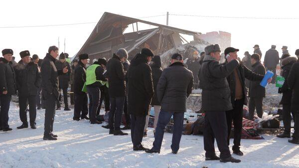 Сотрудники спасательной службы на месте крушения самолета Fokker 100 казахстанской авиакомпании Bek Air, следовавшего рейсом Алма-Ата – Нур-Султан