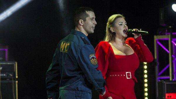 Российская певица Анна Семенович на концерте в честь Дня спасателя в Луганске