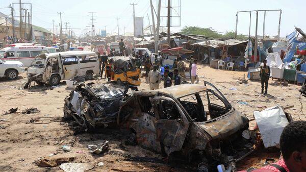 На месте взрыва заминированного автомобиля в Могадишо, Сомали. 28 декабря 2019