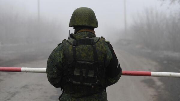 Военнослужащий на КПП