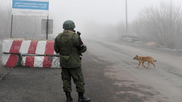Военнослужащий ДНР на КПП на окраине города Горловка