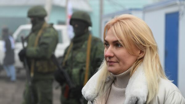 Уполномоченный по правам человека в Донецкой народной республике Дарья Морозова на КПП на окраине города Горловка в Донецкой области