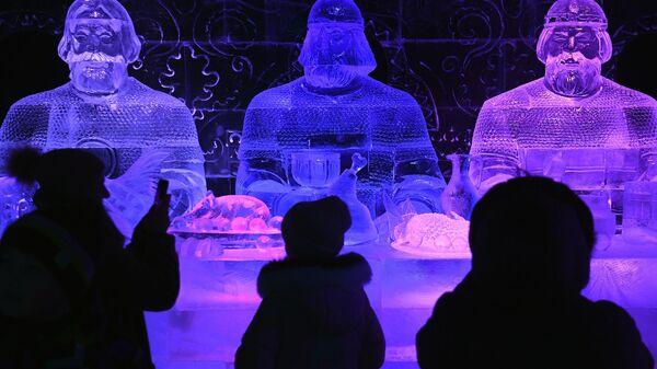 Посетители в павильоне История на V Новогоднем фестивале Ледовая Москва. В кругу семьи в Парке Победы на Поклонной горе