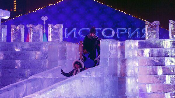 Посетители на ледовой горке во время V Новогоднего фестиваля Ледовая Москва. В кругу семьи в Парке Победы на Поклонной горе