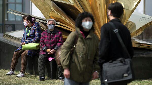 Жители Пекина в медицинских масках
