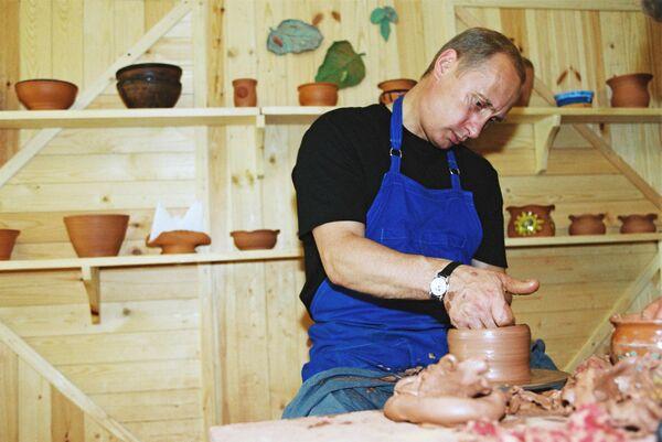 Владимир Путин осмотрел музей народных промыслов и ознакомился с работой мастеров традиционных национальных ремесел. 16 - 20 августа 2001 год