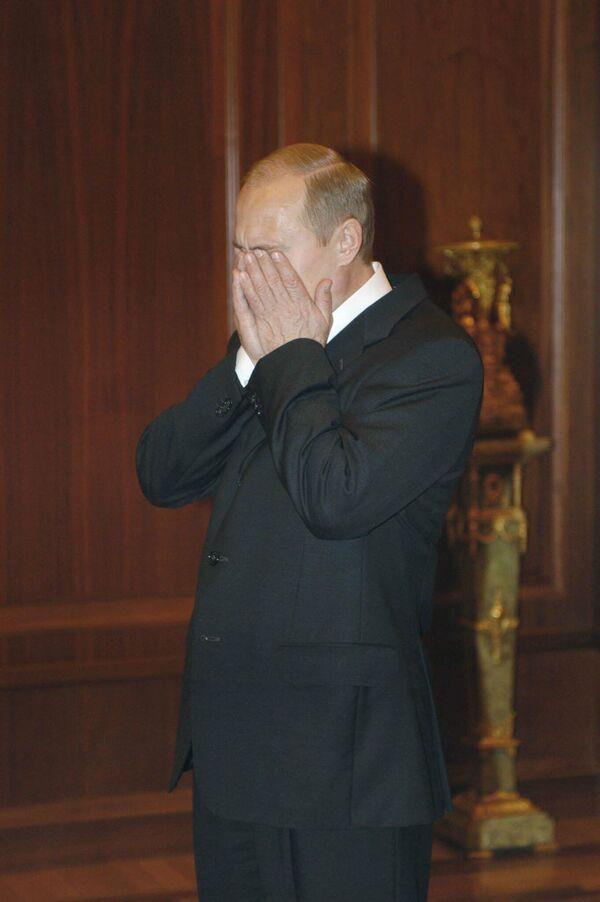 Президент Владимир путин проинформирован о захвате заложников на Дубровке. 2002 год