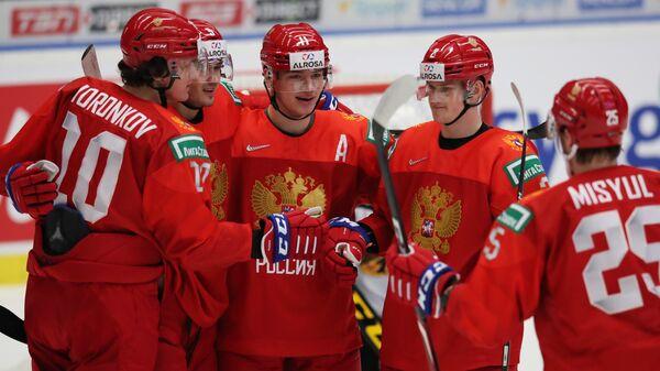 Игроки молодежной сборной России радуются забитой шайбе