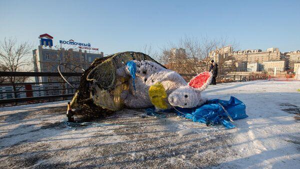 Обгоревшая фигура мыши на центральной площади Владивостока